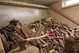 Kellarikerroksessa  vapaasti käytettävissä oleva tunnelmallinen puusauna.
