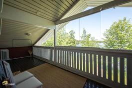 Yläkerran terassi, aukeavalla lasituksella