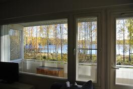 olohuoneen ikkunasta upeat näkymät järvelle