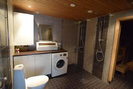 Kylpyhuone/kodinhoitohuone (uusittu 2011)