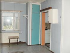 Olohuone ja oikealla kulku keittiöön