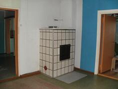 Makuuhuone 1 tulisijalla vasemmalla kulku olohuoneeseen