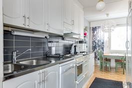 keittiön kaapistojen ovet ja vetimet uusittu, välitila ja työtasotila uusittu