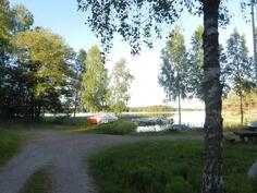 Yhteisrannassa laituri jossa oma venepaikka ja poijupaikat
