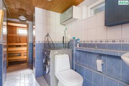 Pohjakerroksen pesutilat ja sauna