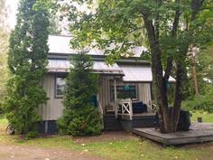 Sympaattisen kaunis talo, jossa siniset ikkunapuitteet