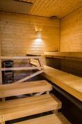 Taloyhtiön juuri uusittu sauna (huoltorakennuksessa).