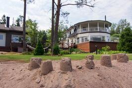Asuinrakennukset hiekkarannalta katsottuna