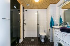 Kodin kylpyhuoneesta löytyy kaikki tarvittava.