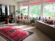 pienemmästä luokkahuoneesta tehty näyttelytila