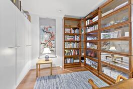 etupihan puoleinen makuuhuone on tällä hetkellä työ-/kirjastohuoneena