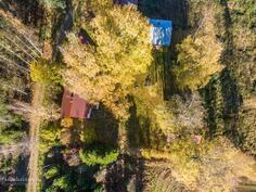 Ilmakuvassa vasemmalla Varpantie, talo, navetta/talli ja pihasauna