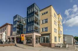 Liikehuoneisto ja tori / Affärslokal och torget