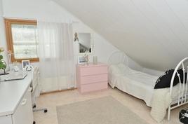 Ylakerran makuuhuone 2