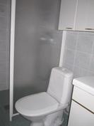 Alakerran makuuhuoneen yhteydessä oleva wc/suihkutila