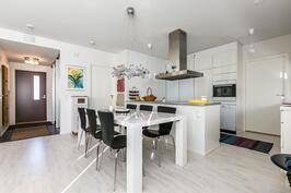Upea keittiön, ruokailutilan ja olohuoneen muodostama oleskelutila.