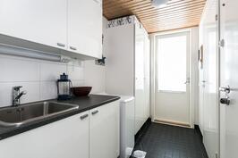 Kodinhoitohuoneesta on myös käynti ulos ja lasitetulle terassille.