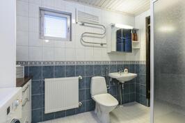 Kylpyhuoneessa toinen wc.