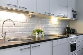 Keittiössä tasot, allas ja välitilan laatat uusittu.