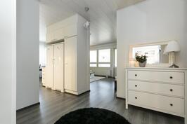 Eteisestä avautuu tilat keittiöön ja olohuoneeseen.