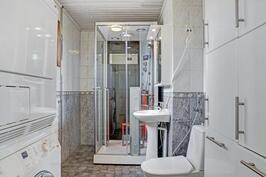 Yläkerran kylpuhuoneessa on laadukas infrapunasauna suihkuineen