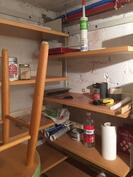 pieni varastohuone ala-kerrassa