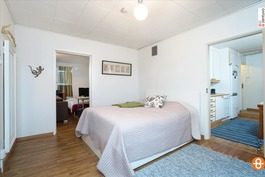 Makuuhuone pienen asunnon puolella