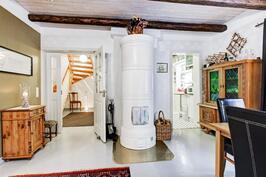 Näkymä olohuoneesta eteisaulan ja keittiön suuntaan.