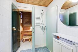 Pesuhuoneessa myös kampauspiste.