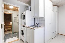 Kodinhoitohuoneesta käynti pesutiloihin ja ulos.