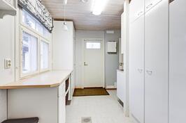Kodinhoitohuoneessa on reilusti säilytystilaa ja pöytätasoa esim. pyykkihuoltoa helpottamaan.