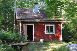 Sauna ja rengaskaivo josta putki vedettävissä päärakennukseen.