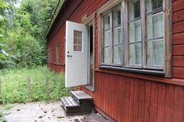 Päärakennus takapihalle, ovi salista.