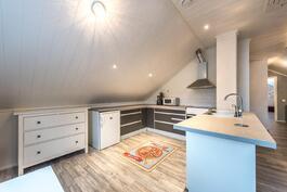 Yläkerran aulatilassa nyt keittiön, ruokailutilan ja olohuoneen yhdistelmä.