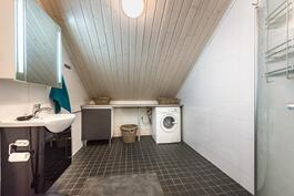 Yläkerran yli 7 m2 wc/kph suihkulla. Tilaa myös pesukoneelle.