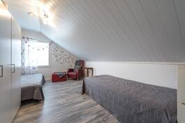 Yläkerran tilava makuuhuone.