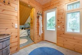 Pukuhuone, josta pääset parvekkeelle vilvoittelemaan