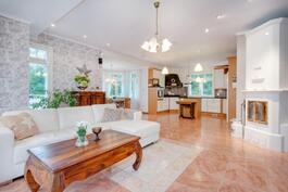 Olohuone, keittiö ja ruokailutila avaraa tilaa