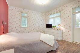 Alakerran makuuhuone, josta kulku omalle terassille