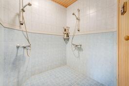 Kylpyhuoneesta löytyy myös kaksi suihkua