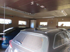 Kuvaa lisäeristetyn 2-auton tallin sisäpuolelta, jossa myös lattiakaivo.