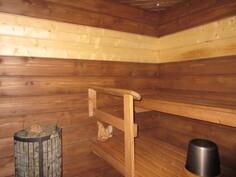 Alakerran näyttävässä v.2013 uusitussa saunassa komea tornikiuas ja ...