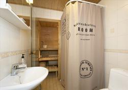 Kylpyhuone ja sauna, lisäksi myös kodinhoitohuone.