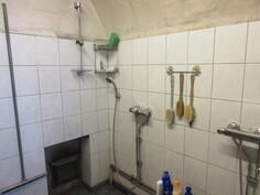 Savusaunan tulipesä kätevästi kylpyhuoneen puolella!