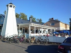 Esteettömän merinäköalan pääravintolan katetulle ja avoterassille mahtuu yht. n. 70 hengeä sekä kiinteistön laiturilla on 10 venepaikkaa!