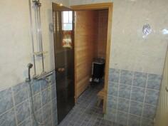 ... kylpyhuone- sekä ...