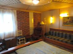 Kuvassa n. 1910-luvulla rakennetun upean Jugend-talon alakerran majoitustiloja, joissa ...