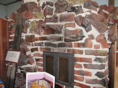 Kuvassa puulämm. leivinuunin yhteydessä oleva puulämm. takka, joka antaa myös oman viehättävän tunnelman myös asiakkaiden tilausravintolatarpeisiin!