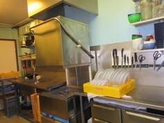 Kuvassa keittiön pesulinjasto, jossa mm. 2010-luvun Krupss-suurtaloustiskikone ja aivan uusi Fimar-paistouuni!