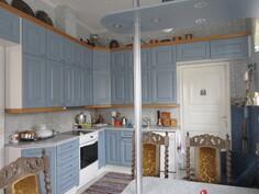 ... mm. tilavassa keittiössä on meren siniset kauniit keittiökaapistot!